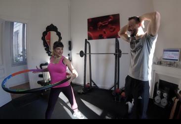 Cession de hula hoop de Sylvie te son coach sportif Ludo chez wp33